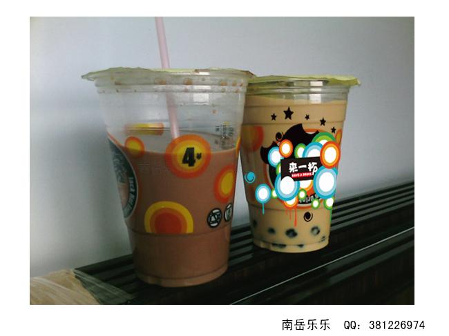 """我的店名是""""来一杯""""以经营一年多,主要经营奶茶,冰沙,咖啡等,以及以水果为原料的饮料 目前生意良好,欲走加盟路线, 所以需要设计包装,这次要求各位设计奶茶杯的形象,如图 ,要求用上广告牌上的字体和英文.   另外新品(以水果为主要原料)上市设计一张海报(要求突出新鲜水果,绿色,营养) 新品下图所示 , 要求海报里有冰浆的图,配上几句广告词  【客户联系方式】 见二楼 【重要说明】"""